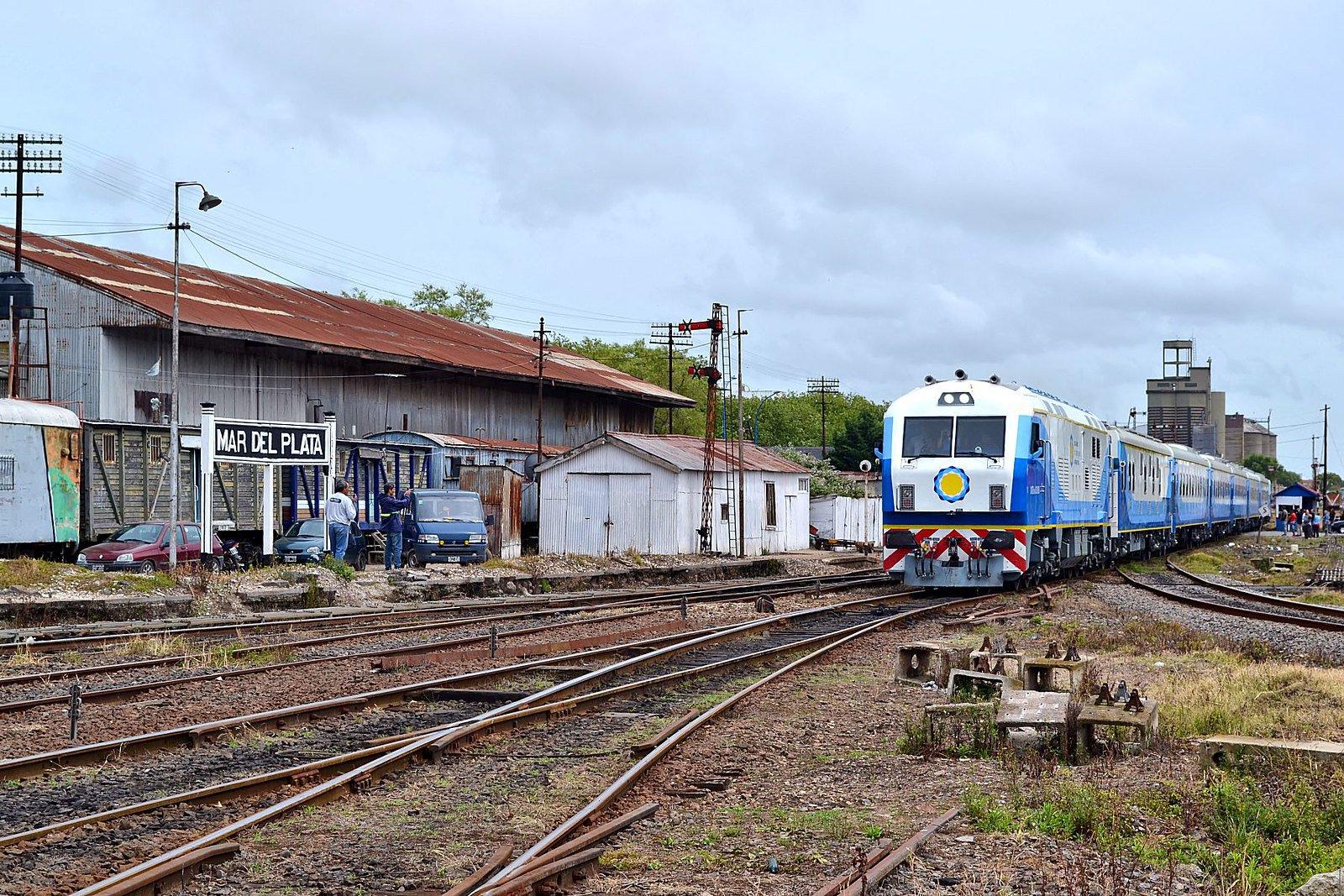 A Chinese-built train (CNR CKD8) passes through Mar del Plata, Argentina. Photo credit: Juan Enrique Gilardi CC BY-SA 2.0