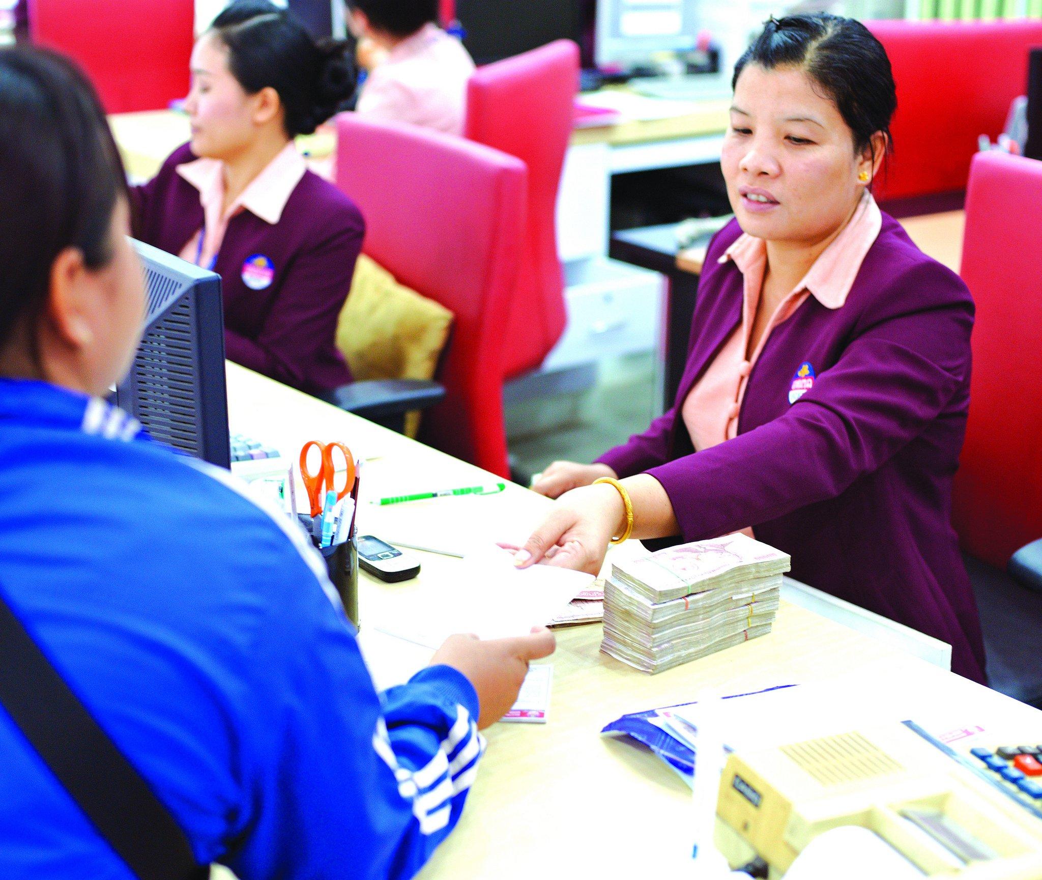 Staff at BCEL Bank, Vientiane, Laos. Photo: Stanislas Fradelizi/World Bank (CC BY-NC-ND 2.0)