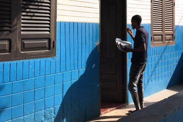 Field enumerator Patrick knocks on a door in Cabo Verde during the MIGNEX survey pilot. Photo: Jessica Hagen-Zanker/MIGNEX (CC-BY-NC)