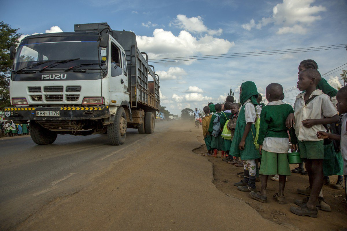Children from General Kago Primary School, Thika Municipality, central Kenya, try to cross the road © Georgina Goodwin/FIA, 2014