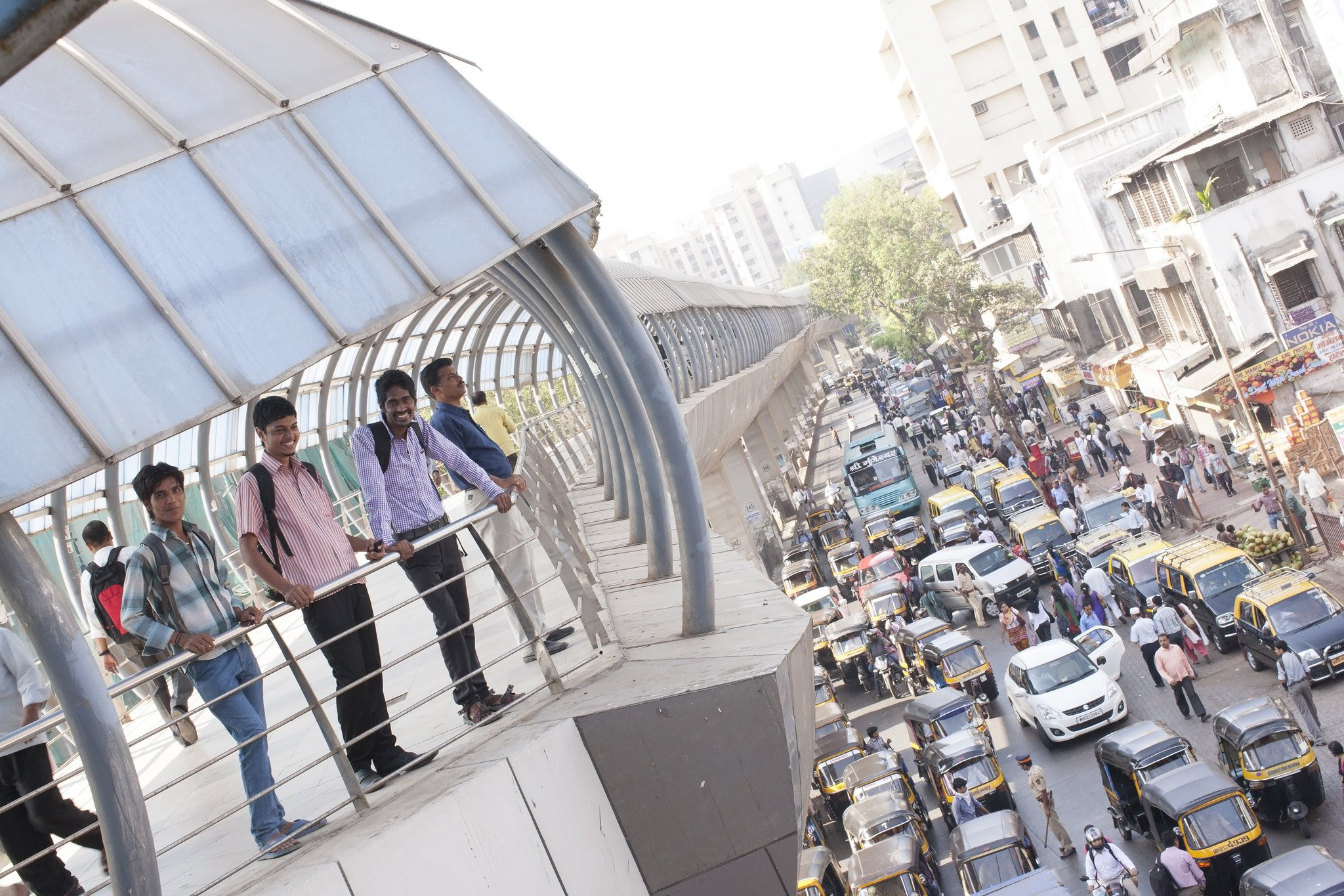Men overlooking traffic and rickshaws in Mumbai. Photo: WRI