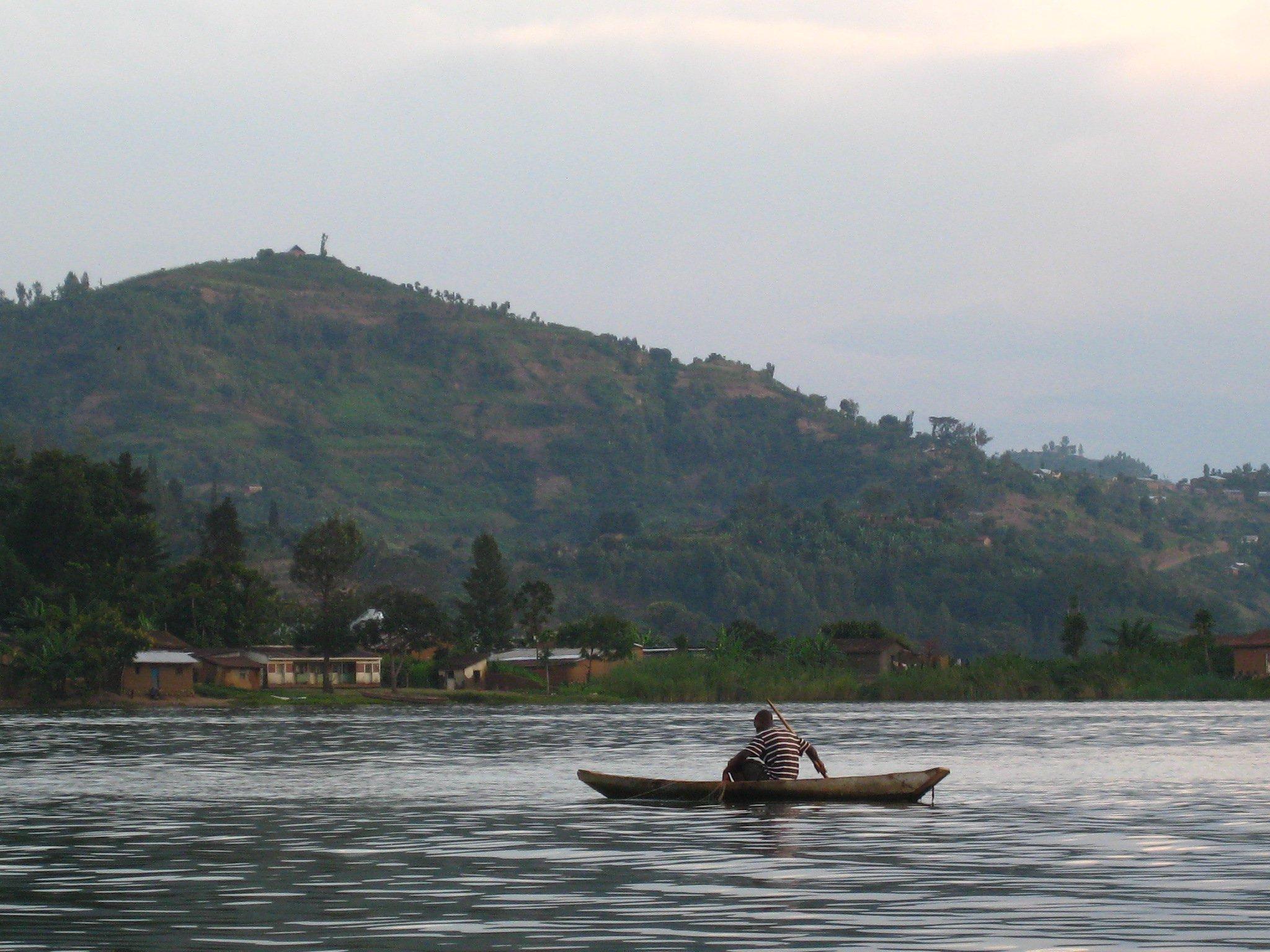 A fisherman prepares for the evening catch, near Gisenyi, Rwanda © Helen Parker / ODI