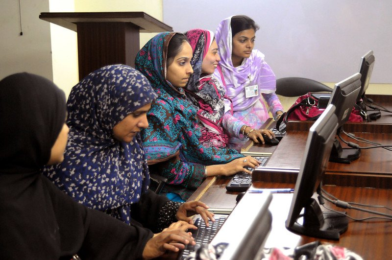 Students of the Computer Sciences at Khowaja Institute of Information Technology (KIIT) in Hyderabad, learn computing skills. Photo: Visual News Associates/World Bank (CC BY-NC-ND 2.0)
